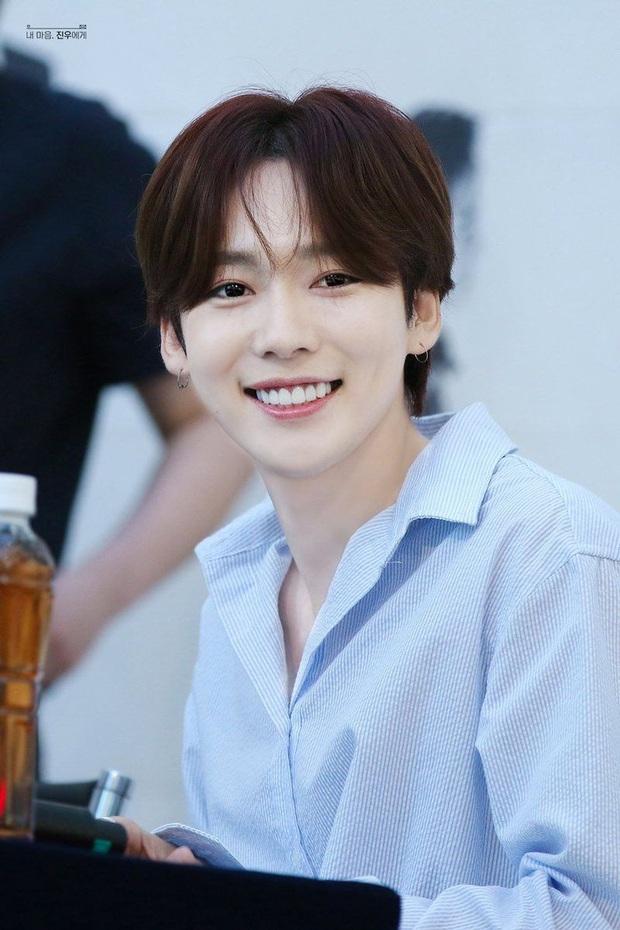 BXH 10 idol nam đẹp tự nhiên của Kpop: Vị trí top 3 gây bất ngờ, no.1 thuộc về nam thần BTS nào? - Ảnh 1.