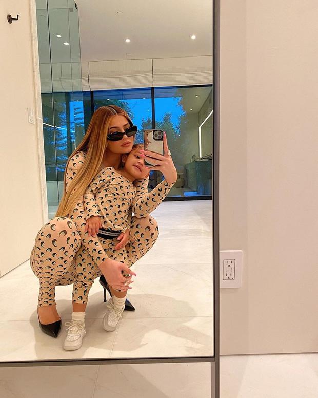 Cặp mẹ con hot nhất Hollywood Kylie Jenner - Stormi cứ mặc đồ đôi là gây bão, lần này bé được chú ý hơn cả mẹ - Ảnh 5.