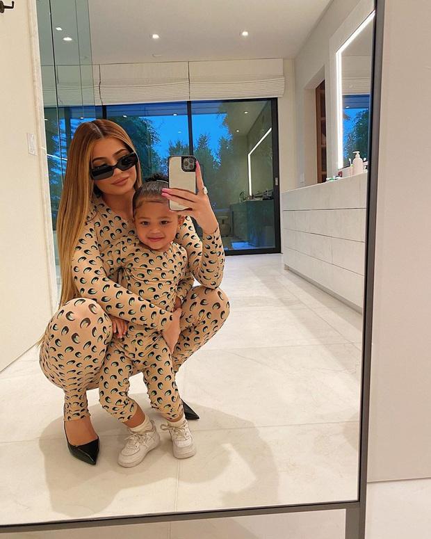 Cặp mẹ con hot nhất Hollywood Kylie Jenner - Stormi cứ mặc đồ đôi là gây bão, lần này bé được chú ý hơn cả mẹ - Ảnh 2.