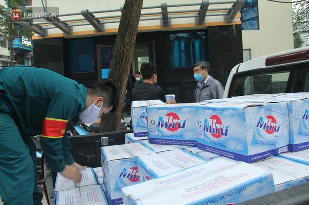 Hàng trăm thùng mỳ gói, nước lọc cùng 3,5 tạ gạo được tăng cường cho người dân cách ly tại Trúc Bạch - Ảnh 9.
