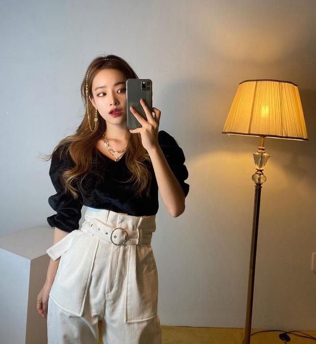 Trend ăn mặc của gái Hàn giờ là diện quần cạp siêu cao, kéo càng sát vòng một càng tốt - Ảnh 2.