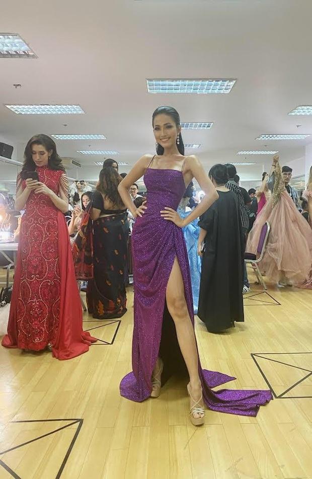 Đột nhập hậu trường Chung kết Hoa hậu Chuyển giới: Hoài Sa chọn váy dạ hội đầy gợi cảm, sẵn sàng bứt phá chặng đua cuối - Ảnh 3.