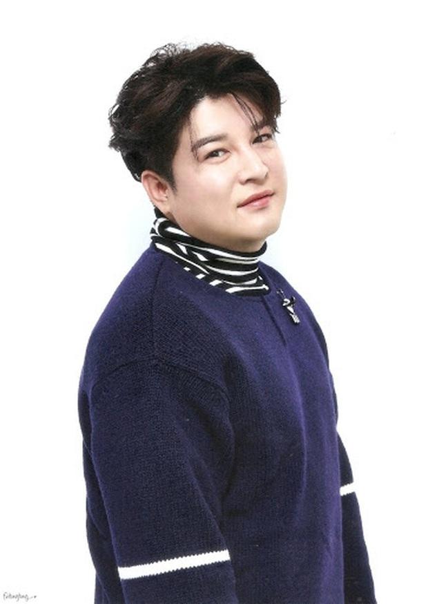 Đăng ảnh chúc mừng Heechul, Shindong lại khiến dân tình dán mắt vào khuôn cằm khác lạ hậu giảm 31kg - Ảnh 3.