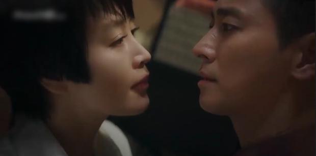 HYENA tập 5: Joo Ji Hoon và Kim Hye Soo ngớ người khi bị đồn làm chuyện ấy trong công ty - Ảnh 3.