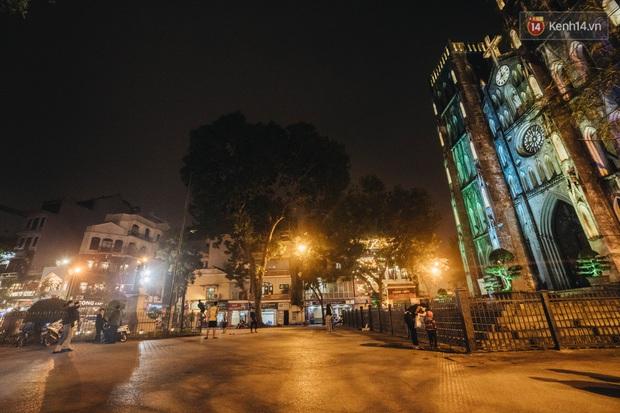 Phố đêm Hà Nội sau khi ghi nhận 3 ca nhiễm Covid-19 mới: Trà chanh Nhà Thờ vắng vẻ, Tạ Hiện đông đúc nhưng chủ yếu là khách nước ngoài - Ảnh 2.