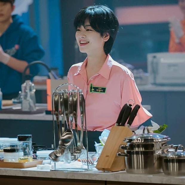 Bỏ qua Park Seo Joon đi, khán giả Tầng Lớp Itaewon đang đánh rơi liêm sỉ vì nhan sắc của đầu bếp chuyển giới đây này! - Ảnh 1.