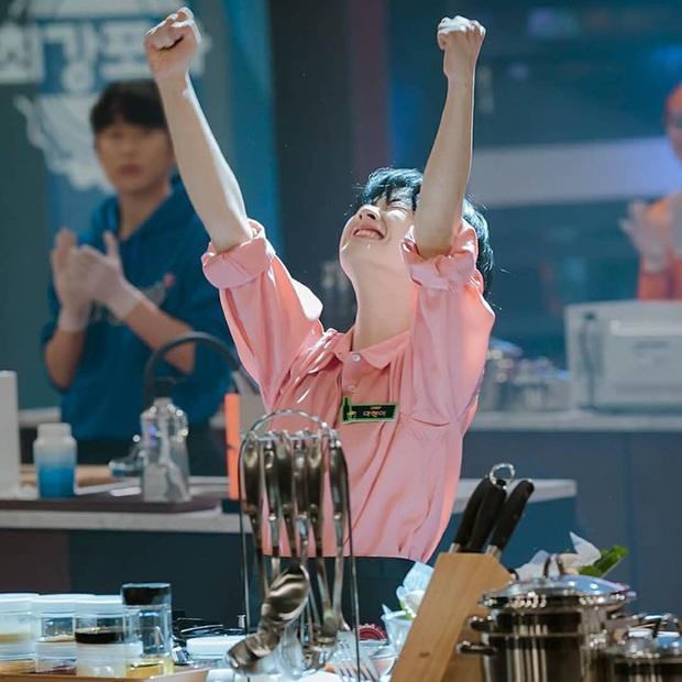 Bỏ qua Park Seo Joon đi, khán giả Tầng Lớp Itaewon đang đánh rơi liêm sỉ vì nhan sắc của đầu bếp chuyển giới đây này! - Ảnh 2.