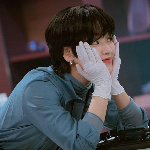 Bỏ qua Park Seo Joon đi, khán giả Tầng Lớp Itaewon đang đánh rơi liêm sỉ vì nhan sắc của đầu bếp chuyển giới đây này! - Ảnh 3.