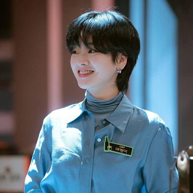 Bỏ qua Park Seo Joon đi, khán giả Tầng Lớp Itaewon đang đánh rơi liêm sỉ vì nhan sắc của đầu bếp chuyển giới đây này! - Ảnh 4.