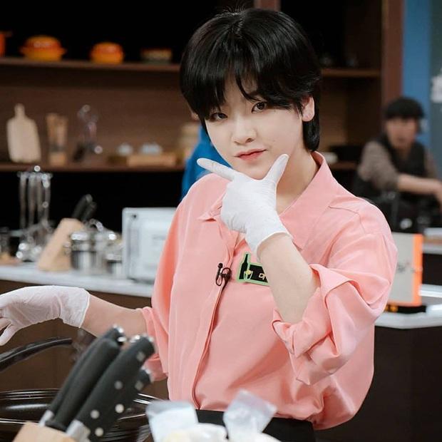 Bỏ qua Park Seo Joon đi, khán giả Tầng Lớp Itaewon đang đánh rơi liêm sỉ vì nhan sắc của đầu bếp chuyển giới đây này! - Ảnh 5.