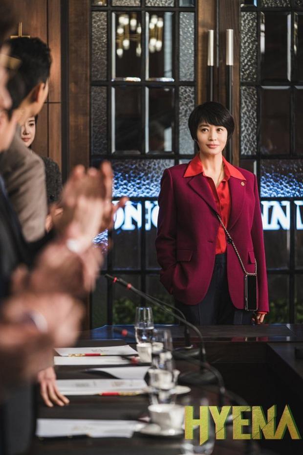 HYENA tập 5: Joo Ji Hoon và Kim Hye Soo ngớ người khi bị đồn làm chuyện ấy trong công ty - Ảnh 1.