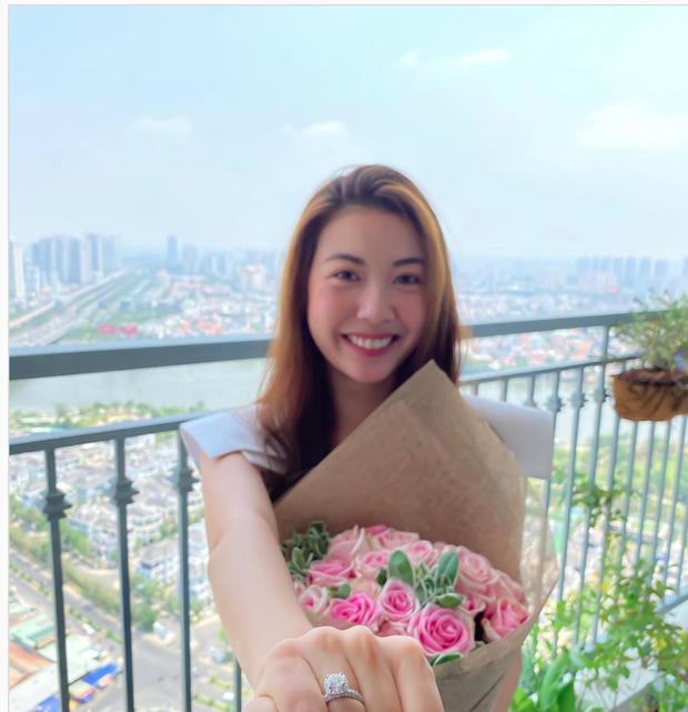Á hậu Thúy Vân khoe nhẫn kim cương khủng ở ngón áp út: Đặng Thu Thảo và dàn sao liên tục chúc mừng, netizen rần rần hối cưới - Ảnh 2.