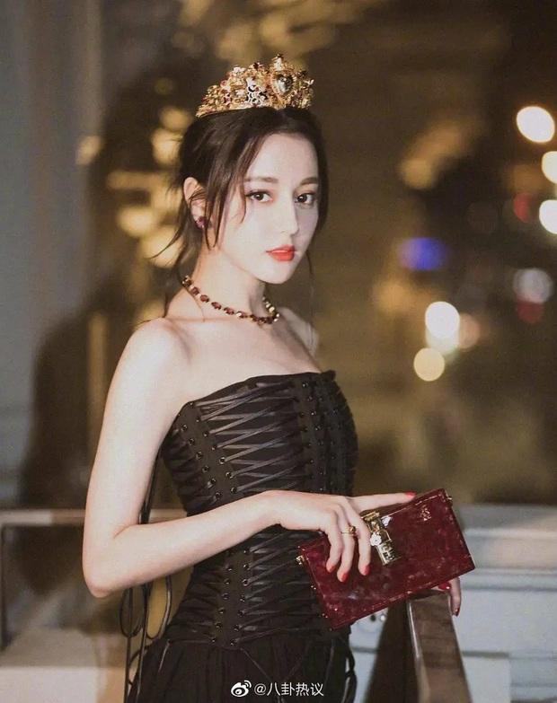 Mỹ nhân Cbiz đẹp lộng lẫy khi đội vương miện: Địch Lệ Nhiệt Ba kinh diễm, Dương Tử nhan sắc tựa công chúa cổ tích - Ảnh 2.