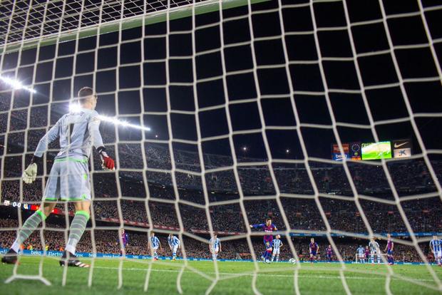 Đội bóng Tây Ban Nha dày công sáng tạo ra cách dựng hàng rào mới để cản Messi, fan tặc lưỡi: Thế mới thấy M10 kiệt xuất đến mức nào - Ảnh 3.
