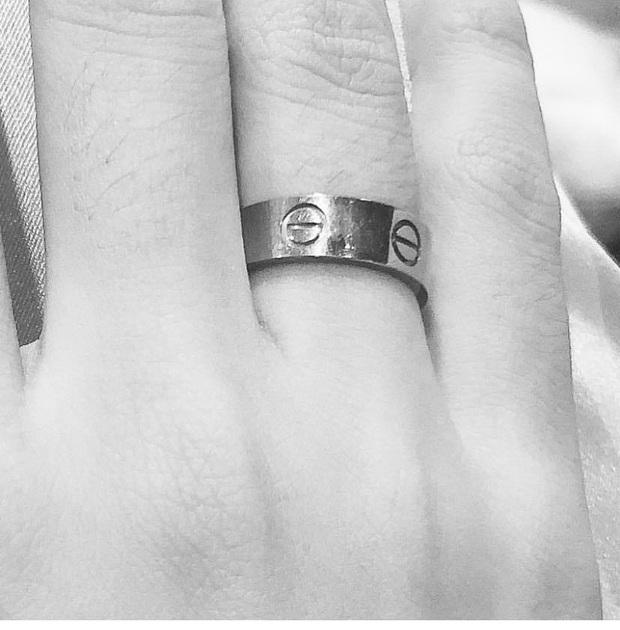 Á hậu Thúy Vân khoe nhẫn kim cương khủng ở ngón áp út: Đặng Thu Thảo và dàn sao liên tục chúc mừng, netizen rần rần hối cưới - Ảnh 3.