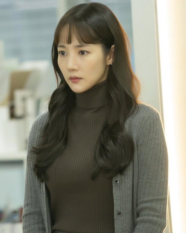 """Toang như Park Min Young trong phim mới: Tóc mái mưa """"ngố tàu"""" phản chủ lại thêm style vẽ eyeliner dìm sắc - Ảnh 5."""