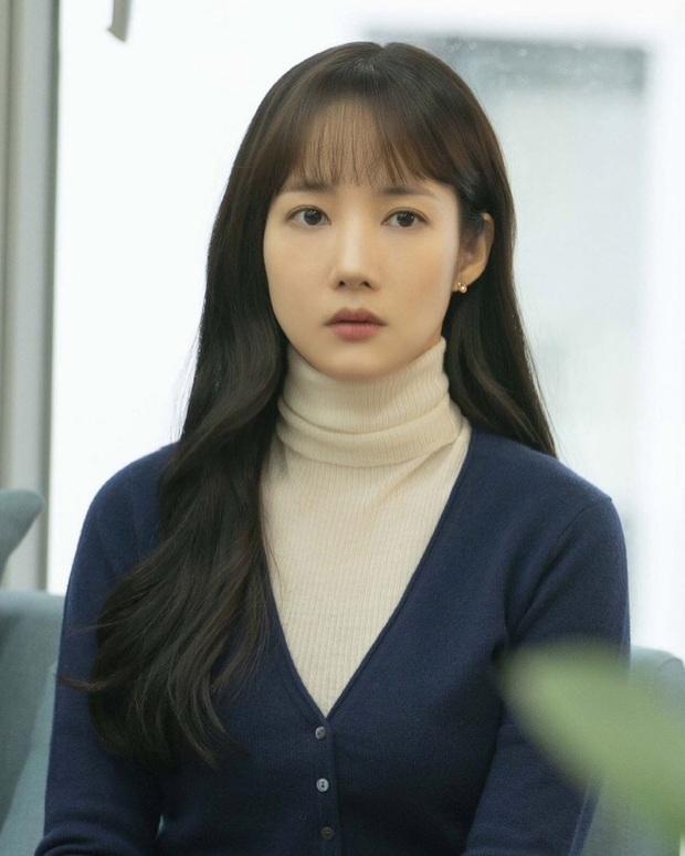 """Toang như Park Min Young trong phim mới: Tóc mái mưa """"ngố tàu"""" phản chủ lại thêm style vẽ eyeliner dìm sắc - Ảnh 4."""