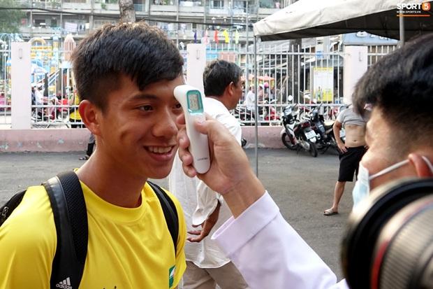 Cầu thủ Việt Nam có lo lắng dịch Covid-19 không và tại sao họ không vội lên tiếng? - Ảnh 1.