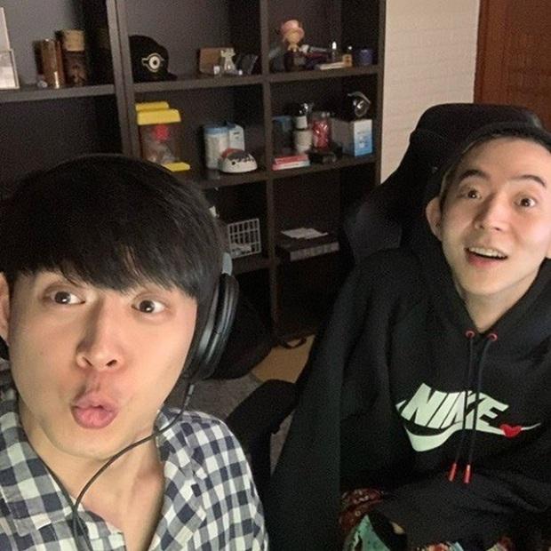 Park Yoochun livestream với em trai tài tử khi đang nhận án tù ma túy, khiến netizen phẫn nộ vì thái độ - Ảnh 1.