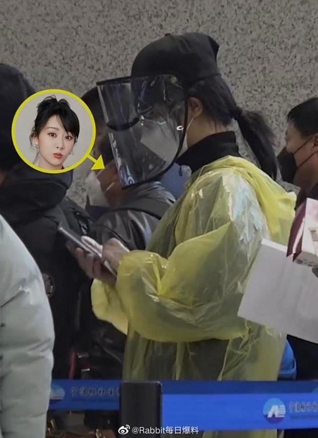 Dương Tử gây bão với thời trang sân bay áo mưa, khẩu trang phòng chống dịch bệnh COVID-19 kín mít từ đầu tới chân - Ảnh 2.