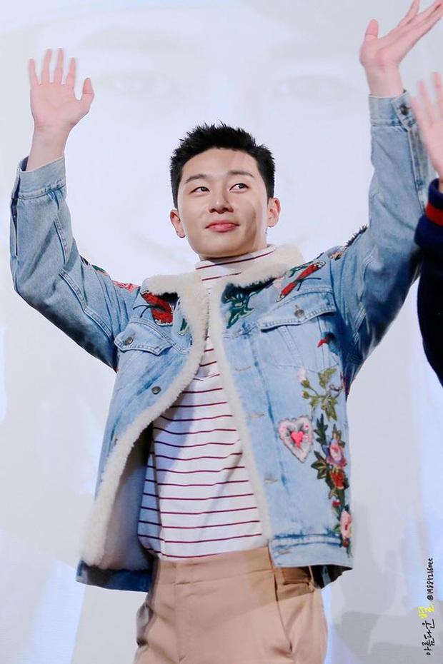 Stylist phương nào đã hại Park Seo Joon, mọi khi cool ngầu là thế nay lại ăn vận sến rện lôm côm thế này? - Ảnh 2.