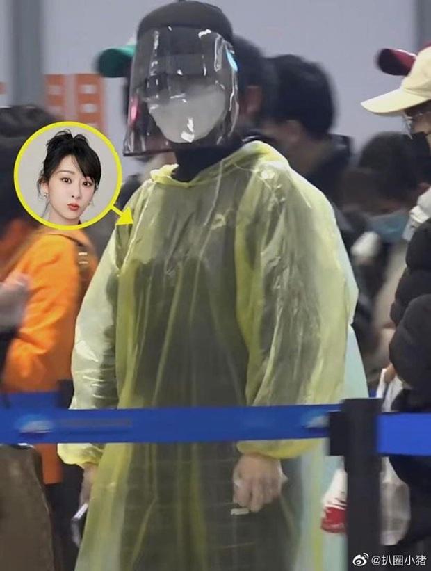 Dương Tử gây bão với thời trang sân bay áo mưa, khẩu trang phòng chống dịch bệnh COVID-19 kín mít từ đầu tới chân - Ảnh 3.