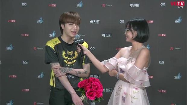 Không chỉ chơi game giỏi, Zeros còn rất ga-lăng, luôn tặng hoa cho MC Minh Nghi vào những ngày đặc biệt! - Ảnh 2.