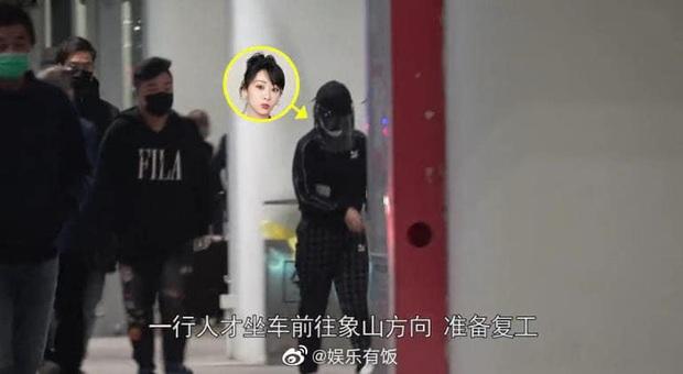Dương Tử gây bão với thời trang sân bay áo mưa, khẩu trang phòng chống dịch bệnh COVID-19 kín mít từ đầu tới chân - Ảnh 7.