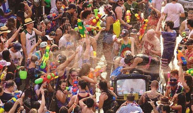 Thái Lan kêu gọi hủy bỏ lễ hội té nước Songkran nổi tiếng và loạt sự kiện vui chơi, giải trí vì dịch Covid-19 - Ảnh 1.