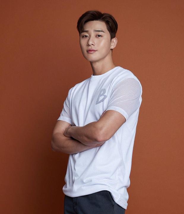 Stylist phương nào đã hại Park Seo Joon, mọi khi cool ngầu là thế nay lại ăn vận sến rện lôm côm thế này? - Ảnh 3.