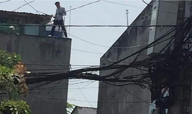 Thanh niên phê ma tuý xịt hơi cay vào cảnh sát rồi trốn lên mái nhà ở Sài Gòn - Ảnh 1.