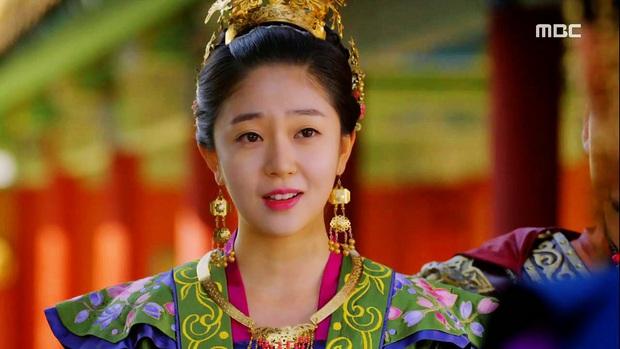 Có thể bạn chưa biết: Cú twist của Kingdom phần 1 giống y nội dung Hoàng Hậu Ki - Ảnh 4.