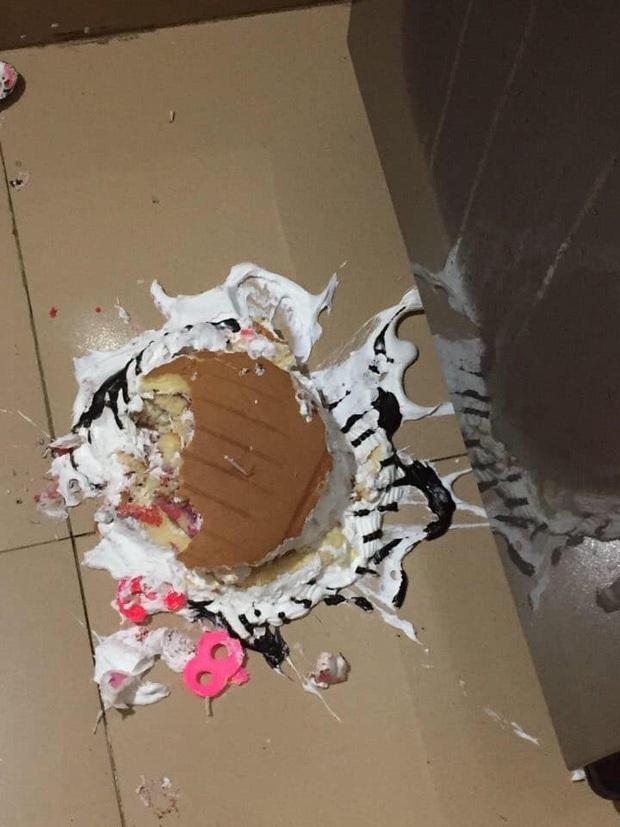 Tặng mẹ bánh kem nhân ngày 8/3, gái xinh không ngờ cái kết đắng như vậy: Một phút lỡ làng, toang luôn chiếc bánh! - Ảnh 2.