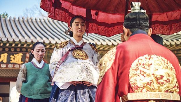 Có thể bạn chưa biết: Cú twist của Kingdom phần 1 giống y nội dung Hoàng Hậu Ki - Ảnh 2.