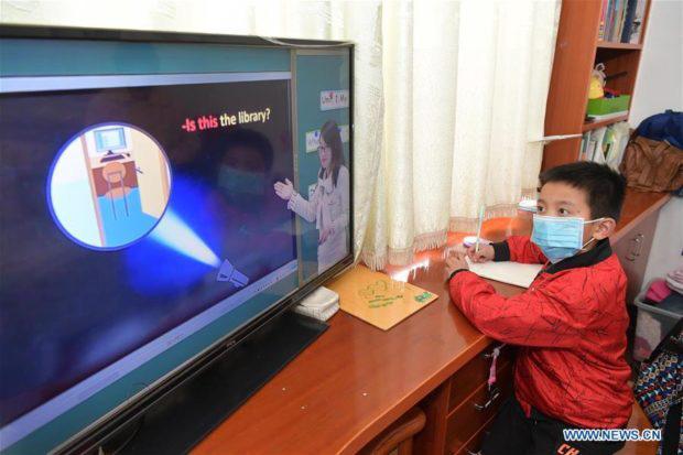 Muôn màu chuyện học online ở Trung Quốc: Mang bàn ra ban công bắt Wi-Fi hàng xóm, cầm điện thoại lên nóc nhà làm bài thi - Ảnh 3.