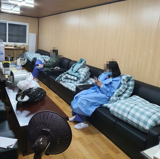 Tâm sự tha thiết của y tá tại tâm dịch Daegu: Đổ máu mũi vì làm việc quá sức, không dám thân thiết với đồng nghiệp - Ảnh 2.