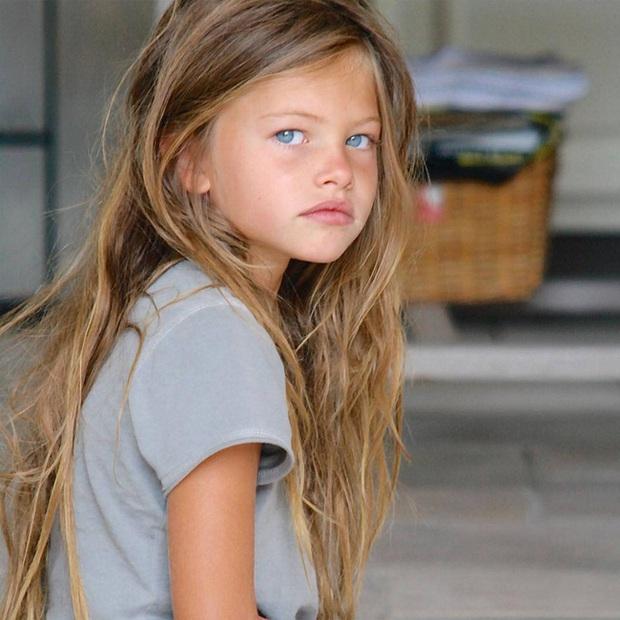 Cô bé đẹp nhất thế giới sải bước trên sàn catwalk từ năm 4 tuổi nay đã lột xác với diện mạo mới khiến mọi người trầm trồ - Ảnh 1.
