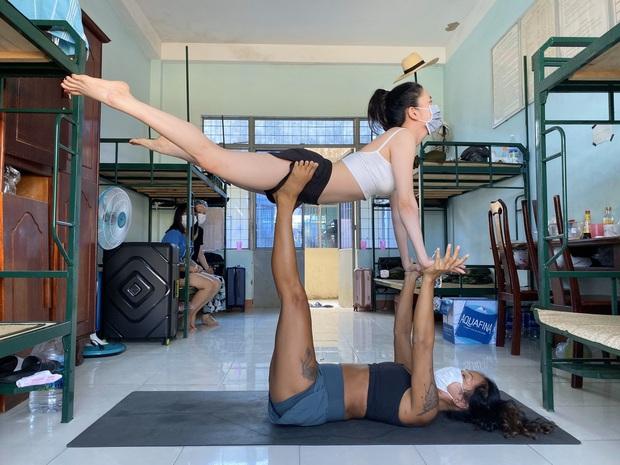 Cô giáo biến trung tâm cách ly thành... lớp dạy Yoga miễn phí - Ảnh 2.