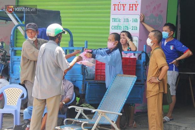 Những người nghèo không cô đơn trong ngày đầu cách ly toàn xã hội: Nơi phát cơm miễn phí, chỗ tặng quà giúp đỡ bà con  - Ảnh 10.