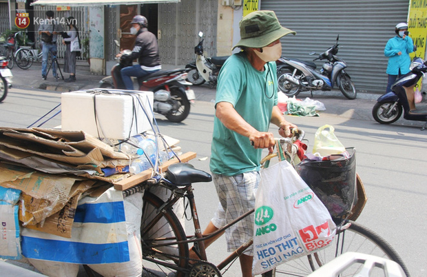Những người nghèo không cô đơn trong ngày đầu cách ly toàn xã hội: Nơi phát cơm miễn phí, chỗ tặng quà giúp đỡ bà con  - Ảnh 8.