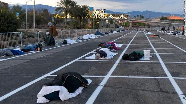 Thành phố Las Vegas của Mỹ chia từng ô cách nhau gần 2 m trong bãi đỗ xe để cho người vô gia cư ngủ trong khi khách sạn thì bỏ trống - Ảnh 1.