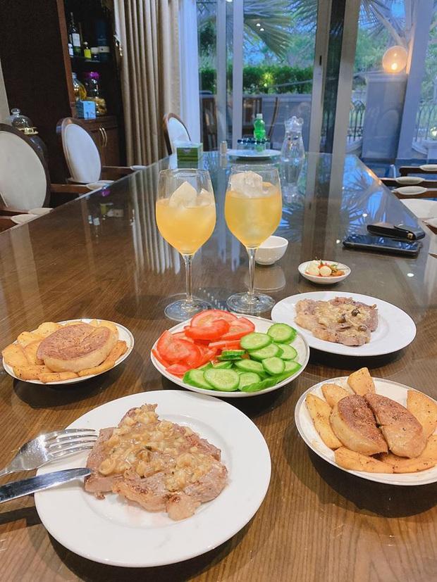 Không nhà hàng đắt đỏ, sao Vbiz tiết kiệm với mâm cơm nhà mùa dịch: Tóc Tiên nịnh chồng món ngon, Băng Di nấu bữa chỉ 50K - Ảnh 11.