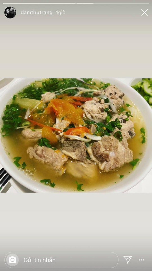 Không nhà hàng đắt đỏ, sao Vbiz tiết kiệm với mâm cơm nhà mùa dịch: Tóc Tiên nịnh chồng món ngon, Băng Di nấu bữa chỉ 50K - Ảnh 10.