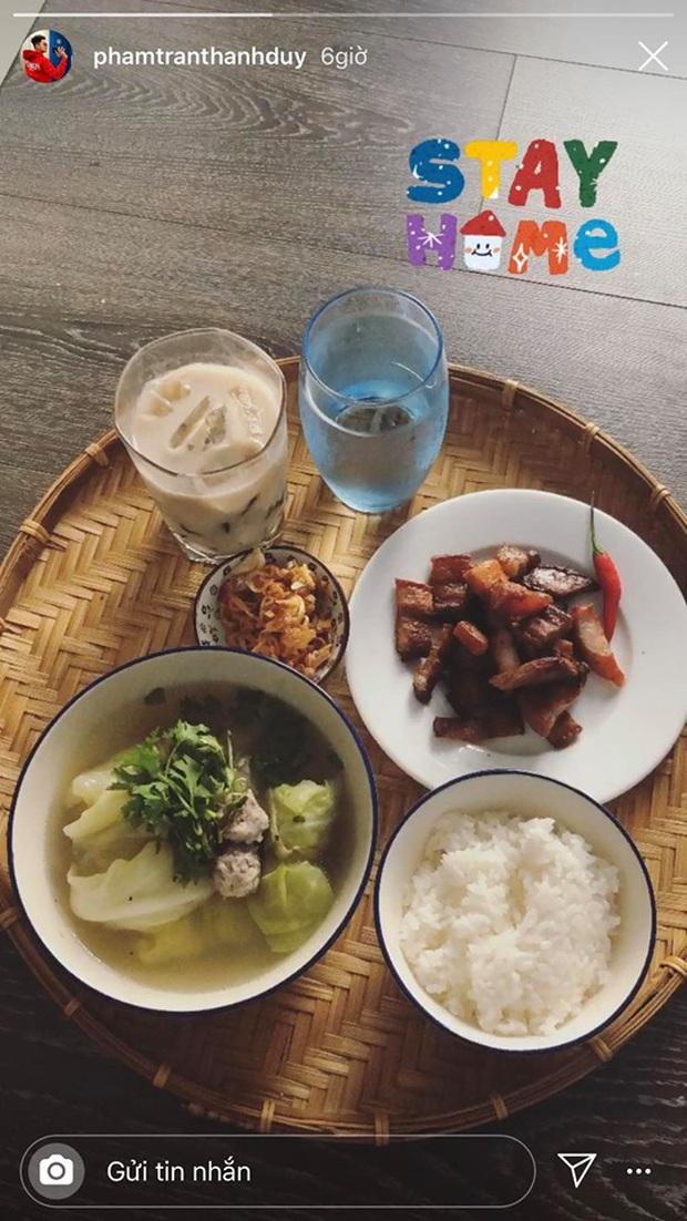 Không nhà hàng đắt đỏ, sao Vbiz tiết kiệm với mâm cơm nhà mùa dịch: Tóc Tiên nịnh chồng món ngon, Băng Di nấu bữa chỉ 50K - Ảnh 25.