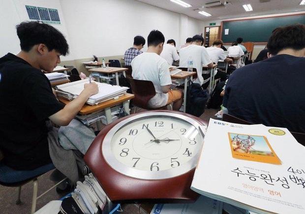 Sinh viên Hàn Quốc è cổ ôn luyện cho kỳ thi Đại học khó bậc nhất thế giới dù dịch bệnh hoành hành - Ảnh 1.