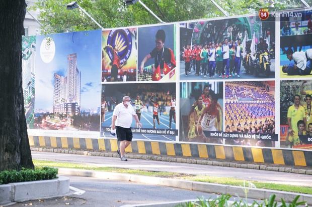 Hà Nội và Sài Gòn trong ngày đầu cách ly toàn xã hội: Nhiều tuyến phố vắng vẻ, chỉ người dân bắt buộc phải đi làm mới ra đường - Ảnh 5.