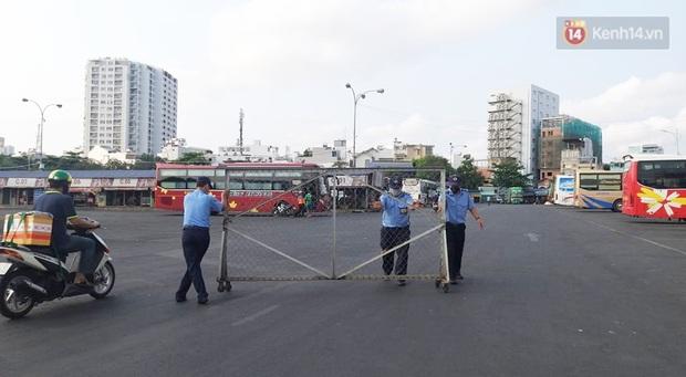 Hà Nội và Sài Gòn trong ngày đầu cách ly toàn xã hội: Nhiều tuyến phố vắng vẻ, chỉ người dân bắt buộc phải đi làm mới ra đường - Ảnh 11.