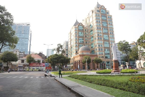 Hà Nội và Sài Gòn trong ngày đầu cách ly toàn xã hội: Nhiều tuyến phố vắng vẻ, chỉ người dân bắt buộc phải đi làm mới ra đường - Ảnh 8.