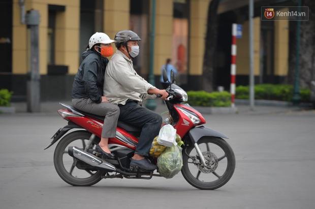 Hà Nội và Sài Gòn trong ngày đầu cách ly toàn xã hội: Nhiều tuyến phố vắng vẻ, chỉ người dân bắt buộc phải đi làm mới ra đường - Ảnh 19.