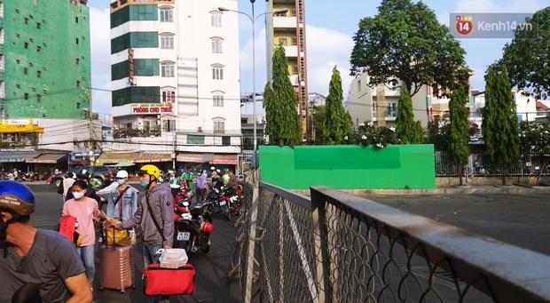 Hà Nội và Sài Gòn trong ngày đầu cách ly toàn xã hội: Nhiều tuyến phố vắng vẻ, chỉ người dân bắt buộc phải đi làm mới ra đường - Ảnh 9.